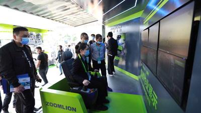 Un empleado de Zoomlion demuestra su sistema de control remoto inteligente de grúas torre 5G en la Exposición Internacional de Equipos de Construcción de Changsha (CICEE) 2021 (PRNewsfoto/Zoomlion)